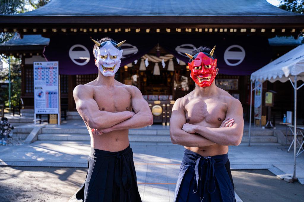 神社と鬼マッチョ@写真 筋肉