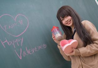 バレンタインデーにプロテインを貰って喜ぶJK@著作権フリー 画像 筋肉