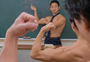 上腕二頭筋は「Biceps」(縦写真)/reference stock photo muscle at high school student@フリー素材 筋肉