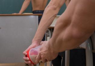 授業中にこっそりプロテインを渡すマッチョ(縦写真)/reference stock photo muscle at high school student@フリー素材 筋肉