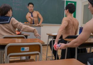 こっそりプロテインを渡す生徒を褒めるマッチョ先生/reference stock photo muscle at high school student@フリー素材 筋肉