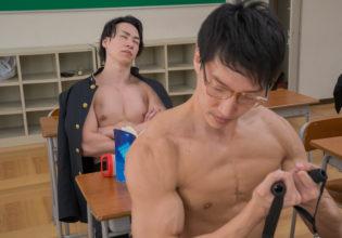 授業中に筋トレするマッチョ@フリー素材 筋肉