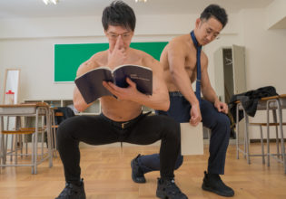 空気椅子の膝の角度をチェックするマッチョ先生reference stock photo muscle at high school student@フリー素材 筋肉