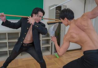 掃除道具で戦うマッチョ@フリー素材 筋肉