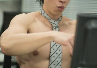 期末作業に追われるマッチョ/reference stock photo muscle work at office(縦写真)@マッチョ写真集