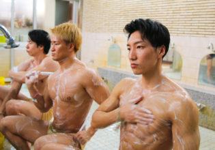 体を洗うマッチョ@フリー素材 マッチョ