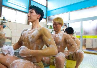 背中を洗い合うマッチョ@写真 筋肉