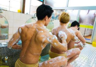 背中を洗い合うマッチョreference stock photo muscle at publicbath onsen@写真 筋肉