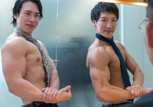 面接で比較審査されるマッチョ(サイドチェスト)/reference stock photo muscle buisiness@マッチョ写真集