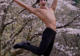 満開の桜にはしゃぐマッチョ(縦写真)@フリー素材 桜