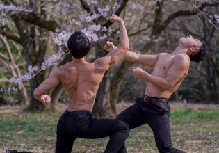 しゃがみ強パンチをキメるマッチョ/reference stock photo muscle street figter cherry blossoms@モデル 筋肉