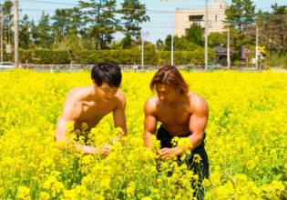 仲良く菜の花を摘むマッチョ/reference stock photo muscle field of canola flower@フリー素材 筋肉