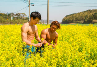 菜の花を摘むマッチョ@フリー素材 筋肉
