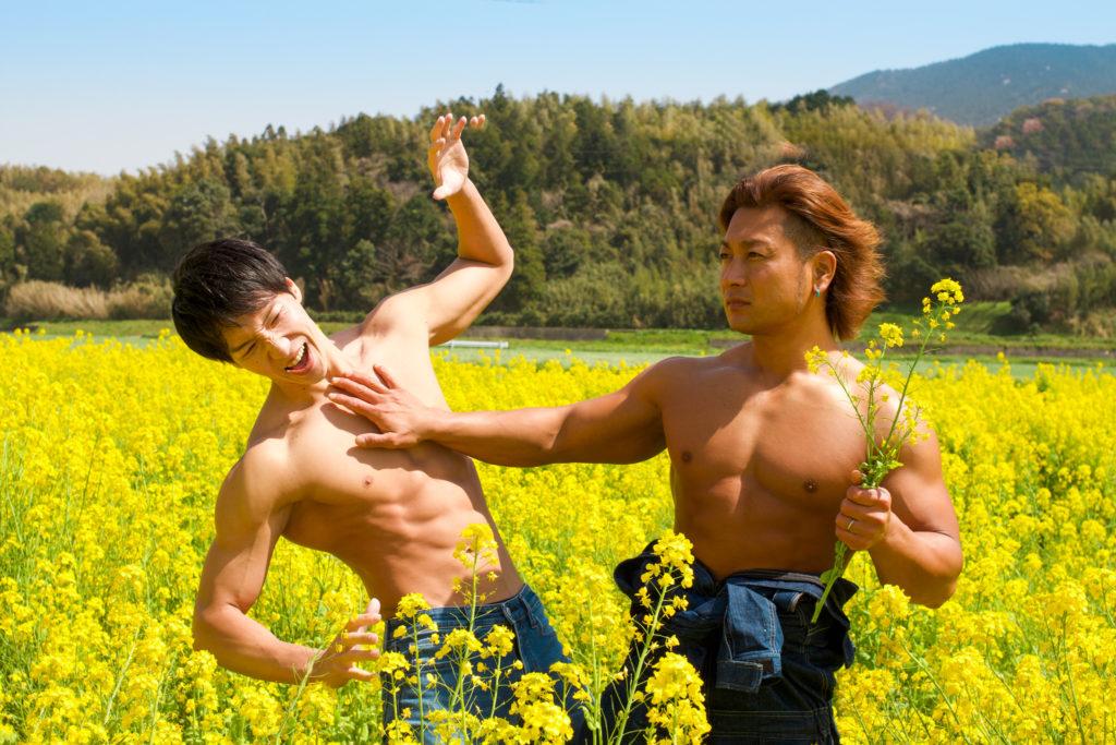 菜の花の覇権争いをするマッチョ@フリー素材 筋肉