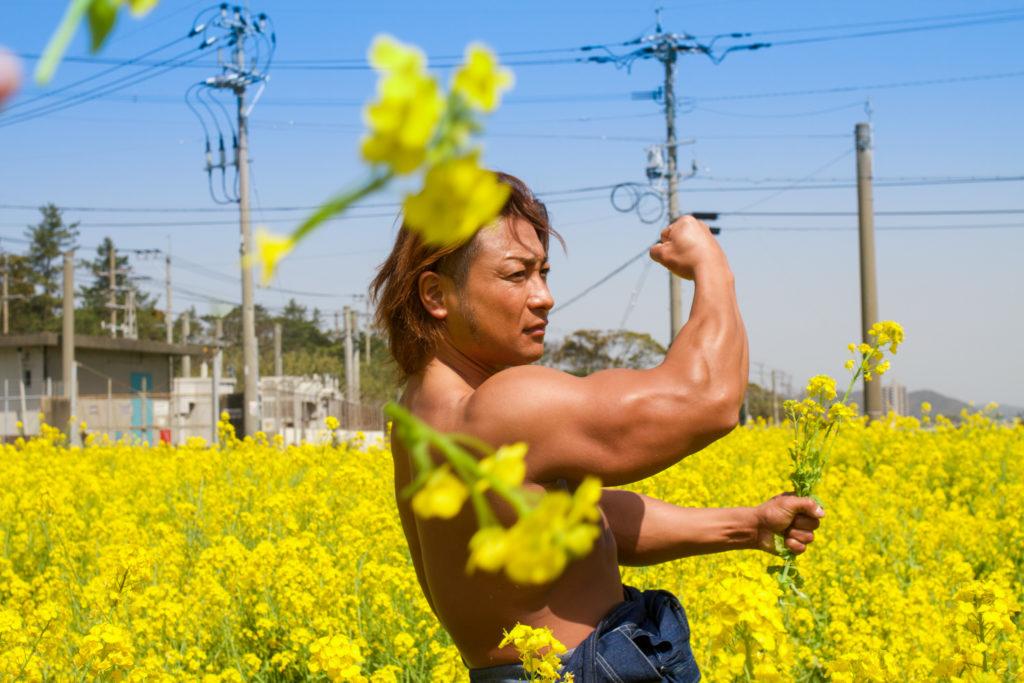 菜の花を刈るマッチョ@フリー素材 筋肉