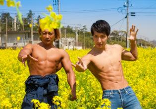 デコピンで菜の花を刈るマッチョ@フリー素材 筋肉