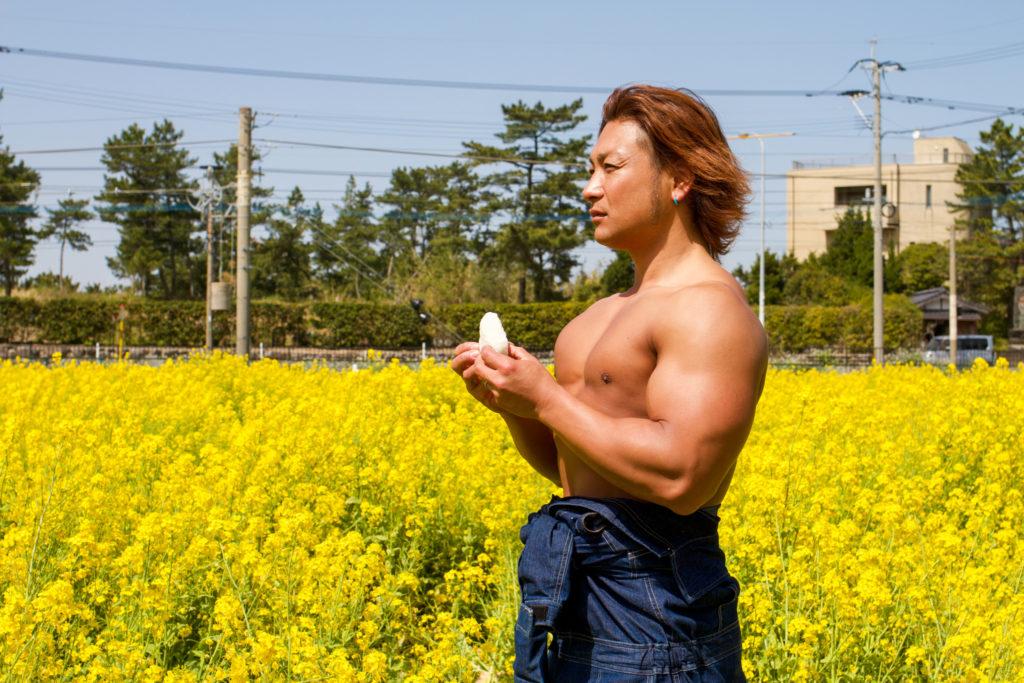 菜の花とおにぎりとマッチョ@フリー素材 筋肉