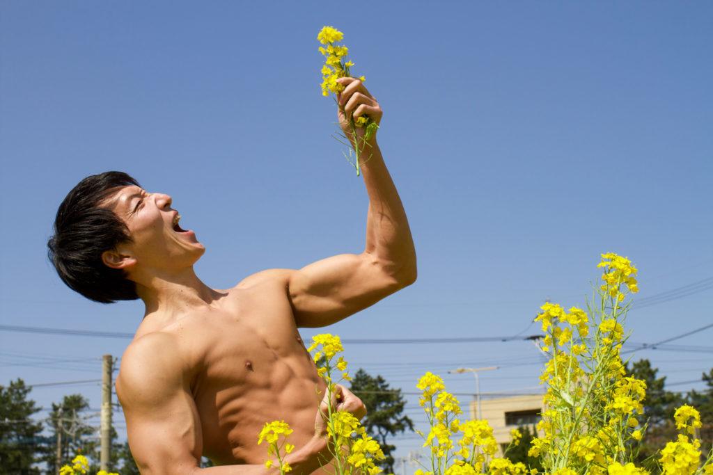 美しい菜の花にテンションが上がるマッチョ@フリー素材 筋肉