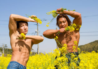 菜の花でキメるマッチョ@フリー素材 筋肉