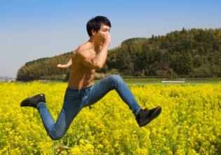 菜の花畑を疾走するマッチョ@フリー素材 筋肉
