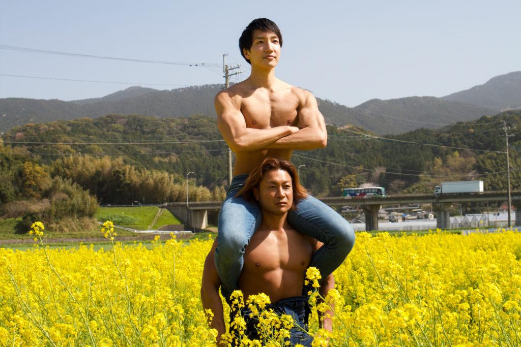 菜の花の守護神マッチョ/reference stock photo muscle field of canola flower@フリー素材 筋肉