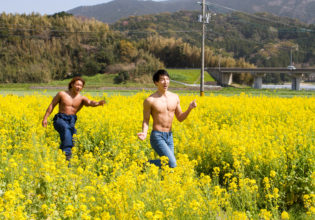 菜の花畑でマッチョをつかまえて/reference stock photo muscle field of canola flower@フリー素材 筋肉