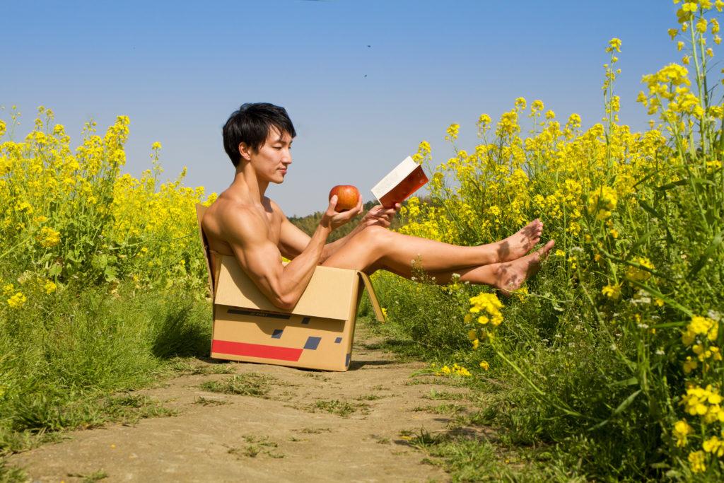 菜の花畑で読書する捨てマッチョ/reference stock photo muscle field of canola flower box macho@フリー素材 筋肉