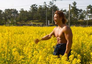 菜の花とシャボン玉とマッチョ/reference stock photo muscle field of canola flower@フリー素材 筋肉