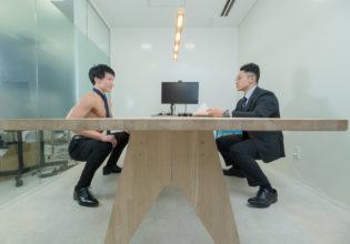 空気椅子で面接を受けるマッチョ/reference stock photo muscle work at office stress interview@マッチョ写真集