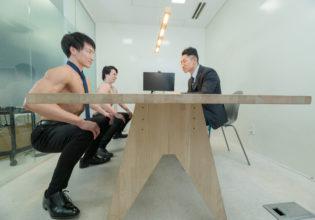 【オフィスのマッチョ】面接で空気椅子の深さを審査されるマッチョ/reference stock photo muscle work at office@筋肉 資料