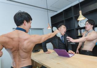 上司を殴るマッチョ/reference stock photo muscle work at office@マッチョ写真集