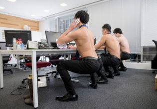 空気椅子で電話するマッチョ/reference stock photo muscle work at office@マッチョ写真集
