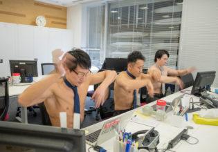 高速タイピングするマッチョ/reference stock photo muscle work at office@マッチョ写真集
