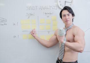 事業戦略をプレゼンするマッチョ@マッチョ写真集