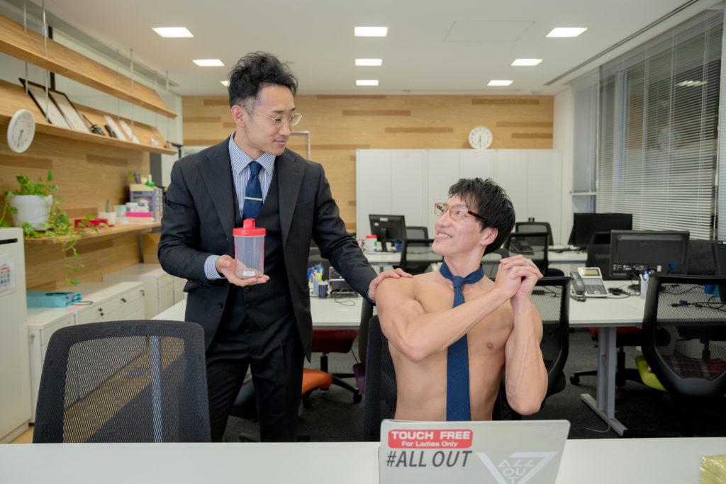 上司からの差し入れ(プロテイン)に喜ぶマッチョ/reference stock photo muscle work at office@マッチョ写真集