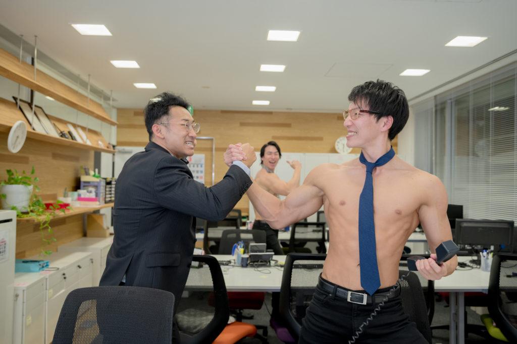 初成約を上司と喜ぶマッチョ/reference stock photo muscle work at office@フリー素材 オフィス