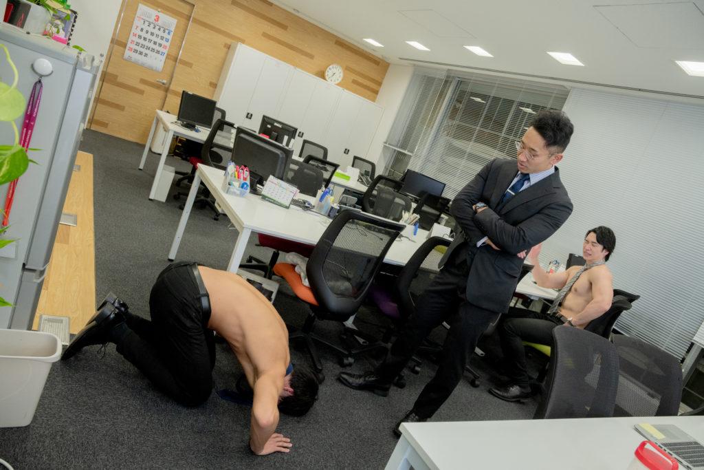土下座マッチョ/reference stock photo muscle work at office@フリー素材 オフィス