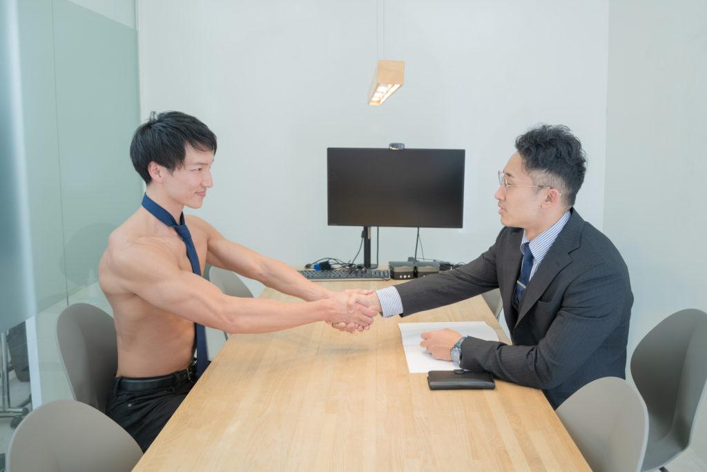 内定を勝ち取った就活マッチョ/reference stock photo muscle work at office@フリー素材 ビジネス