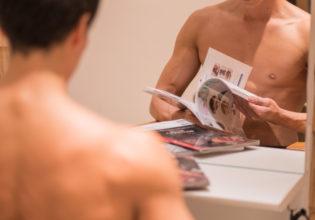 雑誌を読むマッチョ(縦写真)/reference stock photo muscle beauty salon@写真 マッチョ