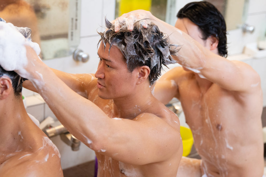 仲良く髪を洗うマッチョ/reference stock photo muscle public bath@写真 筋肉