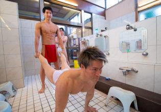 風呂場で手押し車するマッチョ/reference stock photo muscle public bath@フリー素材 マッチョ