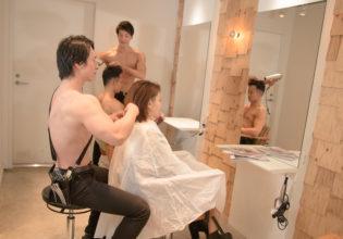 ヘアカットする美容師マッチョ@写真 マッチョ