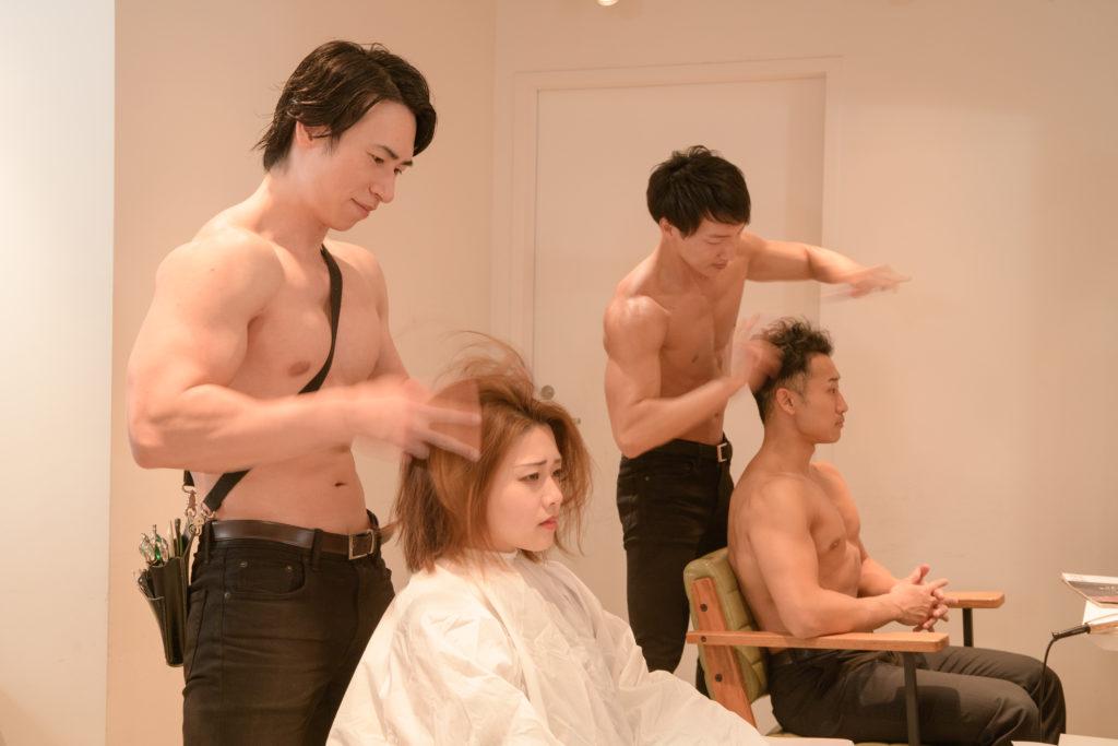 指で髪を切るマッチョ美容師@写真 マッチョ