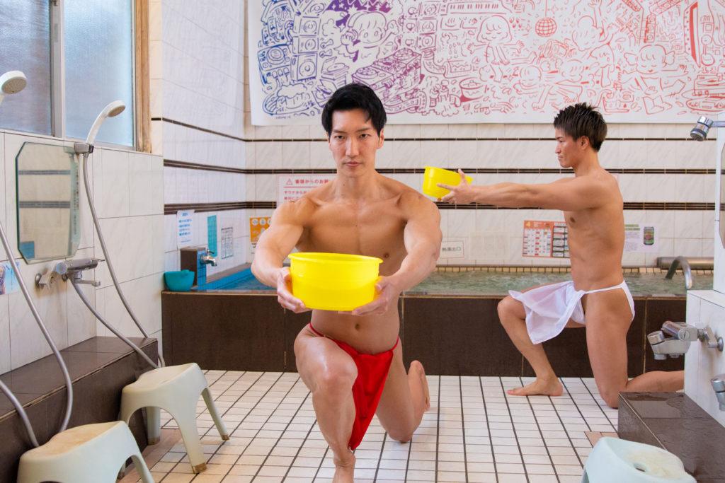 風呂場で脚トレするマッチョ(ランジ)@写真 筋肉