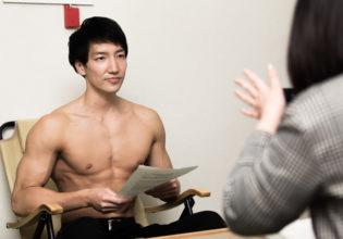 取材を受けるマッチョ/reference stock photo muscle@アスリートモデル 筋肉