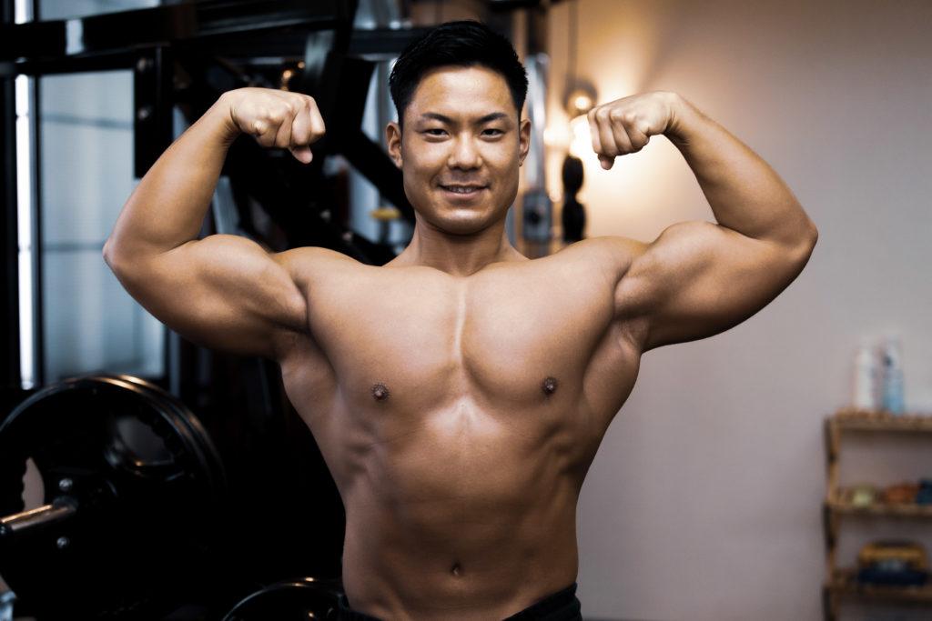 ダブルバイセプスの大胸筋と上腕二頭筋@アスリートモデル マッチョ