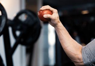 りんごを握る前腕@アスリートモデル マッチョ