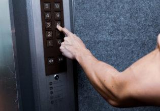 エレベーターのボタンを押す前腕@アスリートモデル マッチョ