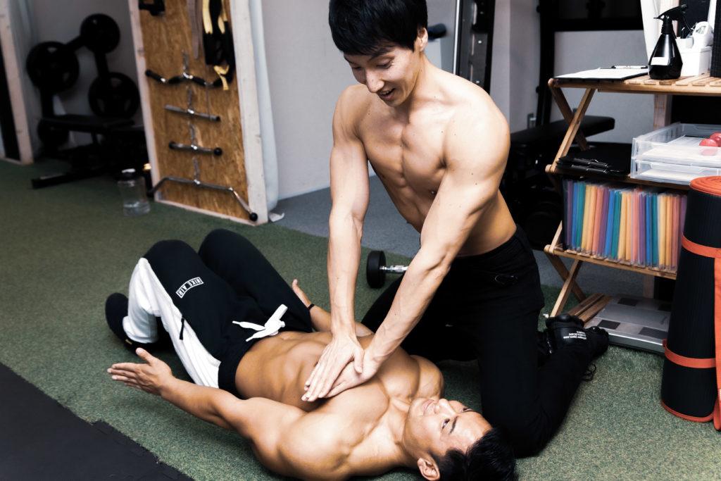 心臓マッサージされる大胸筋/reference stock photo muscle pecs@アスリートモデル マッチョ