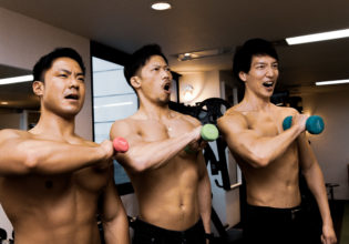 心臓をダンベルに捧げるマッチョreference stock photo muscle attack the titan@アスリートモデル マッチョ